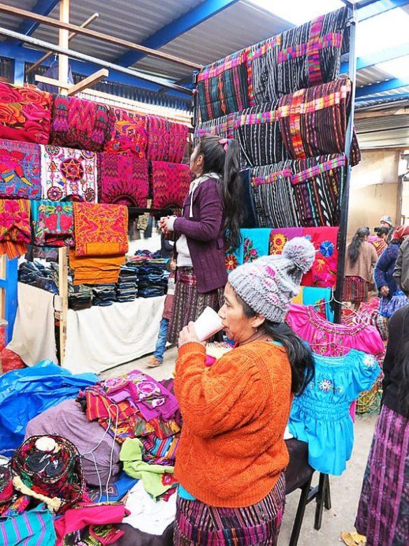 ženska prodaja volnene izdelke, tržnica Gvatemala