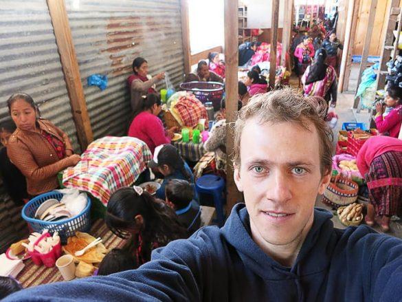 selfie moškega na tržnici v gvatemali