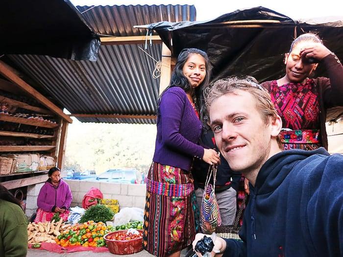 moški na tržnici v gvatemali