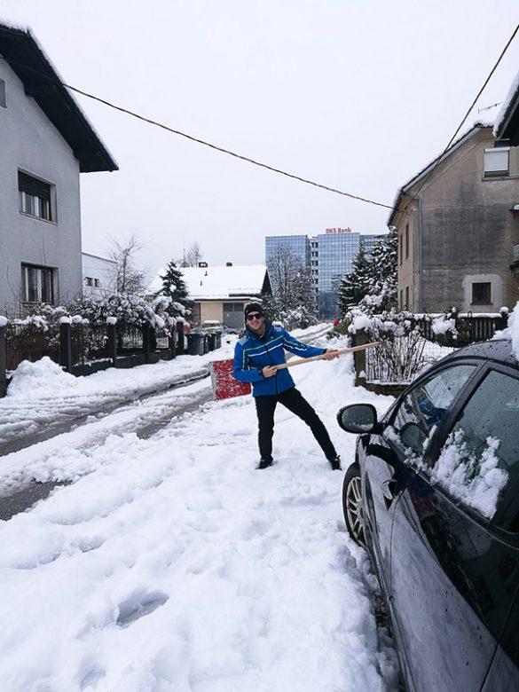 moški z lopato za sneg