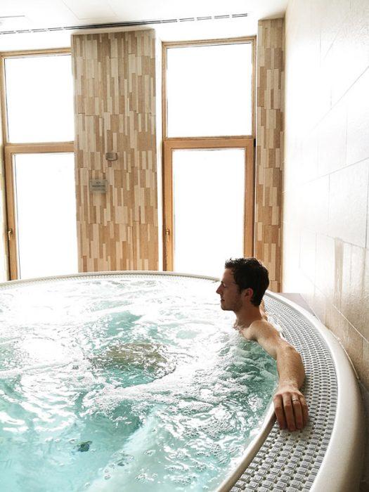moški sedi v masažnem bazenu