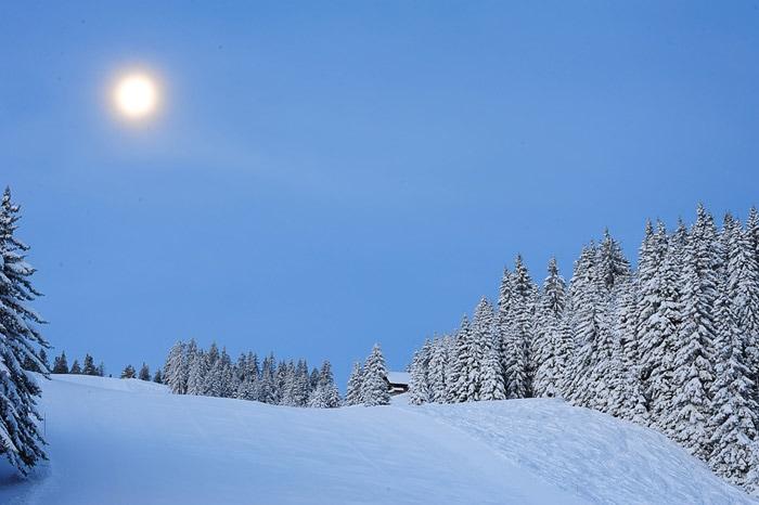 polna luna nad smučiščem Golte