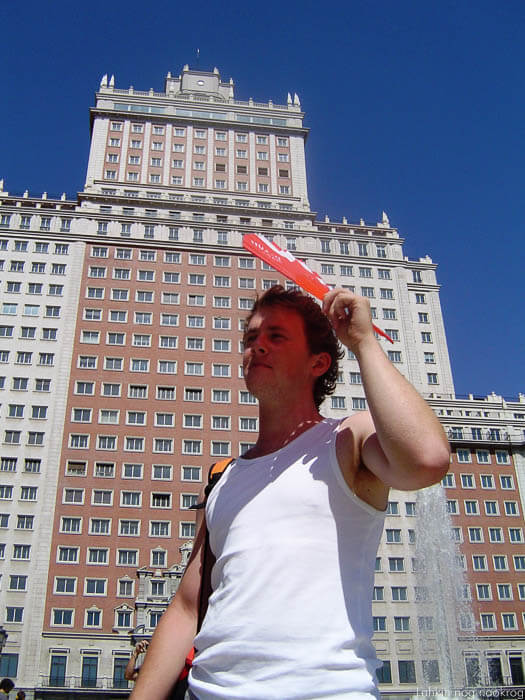Edificio España in človek s pahljačo