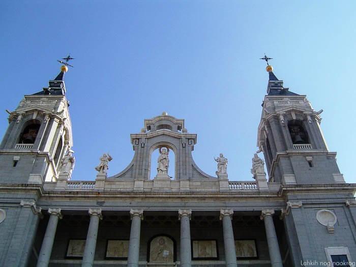 zvoniki katedrale Almudena v Madridu