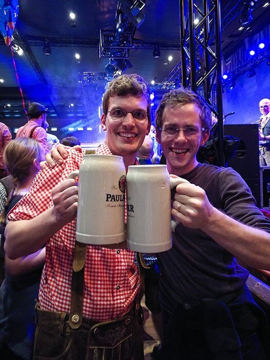 moška nazdravljata na Starkbierfestu