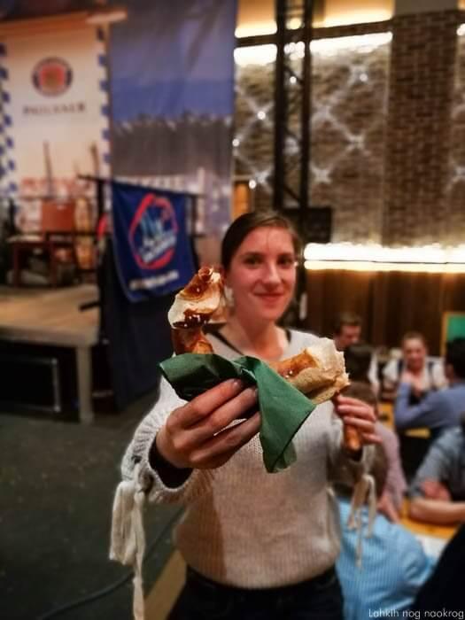 ženska z bavarsko presto na starbierfest