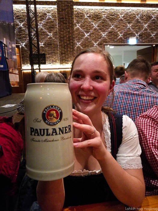 ženska v bavarski narodni noši s pivo paulaner
