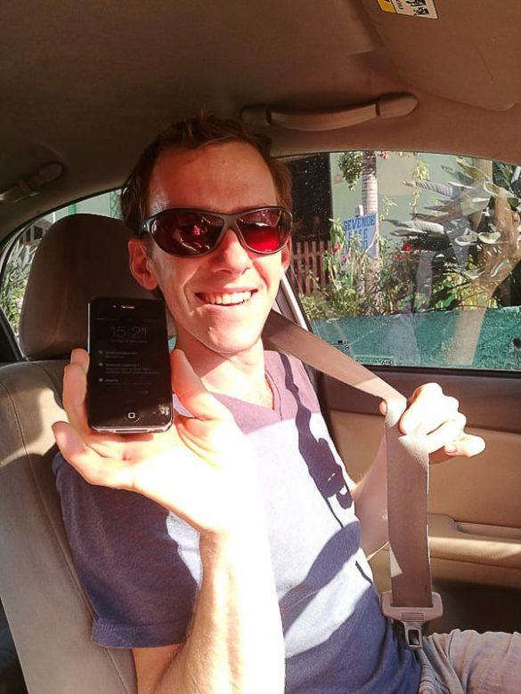 moški z mobitelom v roki