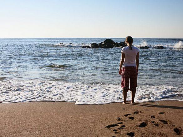 ženska na mivkasti plaži, Salvador, Los Cobanos