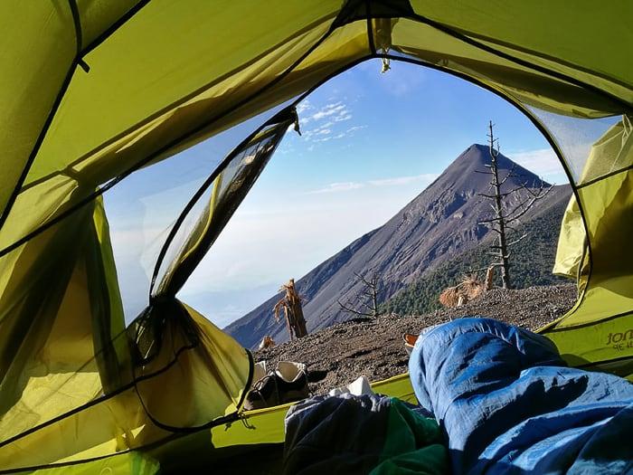 pogled iz šotora na vulkan