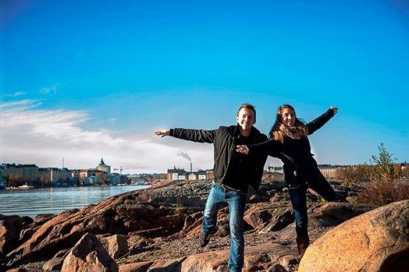 par, ki pozira pred razgledom na Helsinke