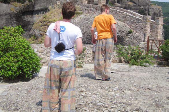 za vstop v samostane meteora so potrebna posebna oblačila: dolge hlače in majice, ki pokrivajo ramena