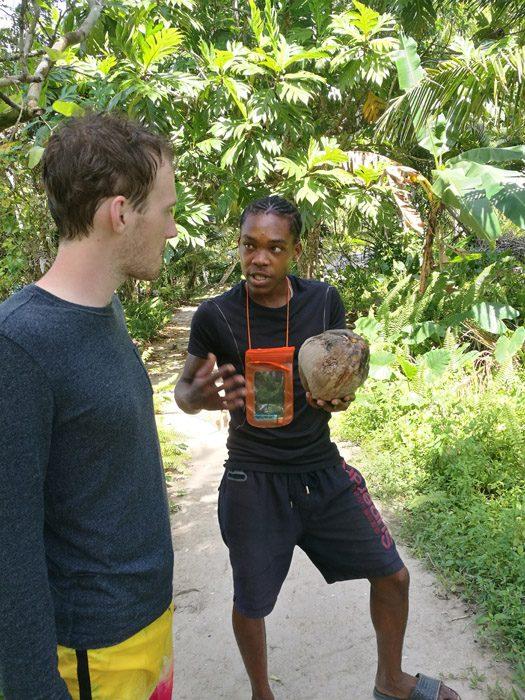 vodič razlaga okolico poti jamajka
