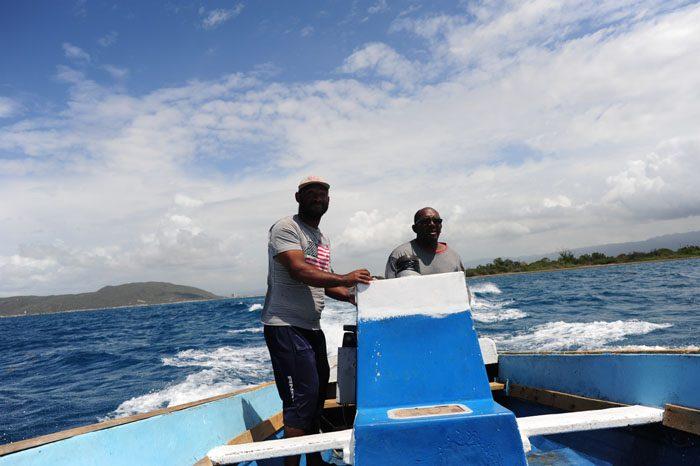 Ribiča vozita čoln