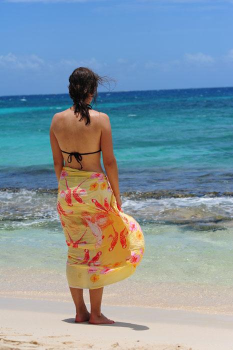 ženska na peščeni plaži