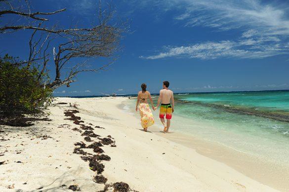 Par, ki se sprehaja po peščeni plaži