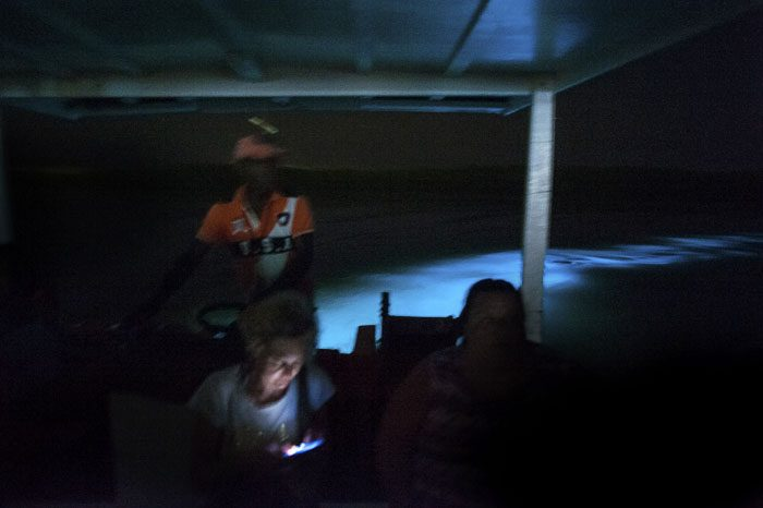 Modra bioluminiscneca dela črto za motornim čolnom