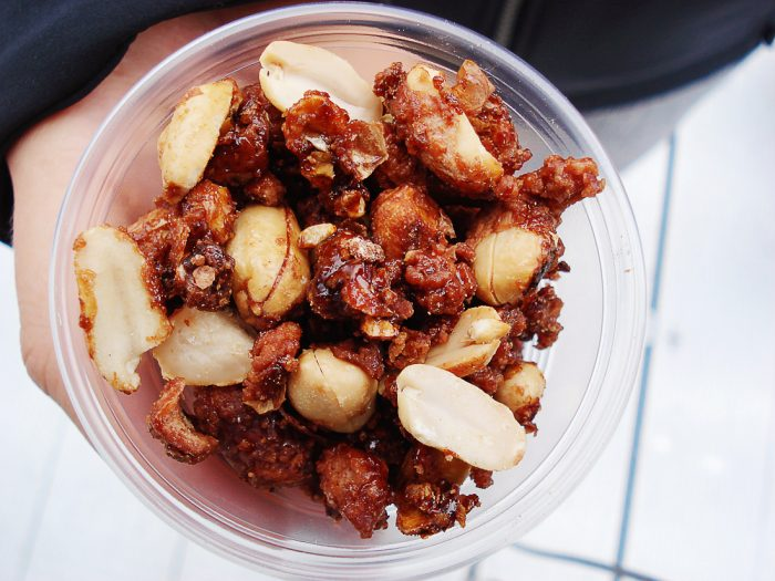 kozarec praženih in karameliziranih arašidov