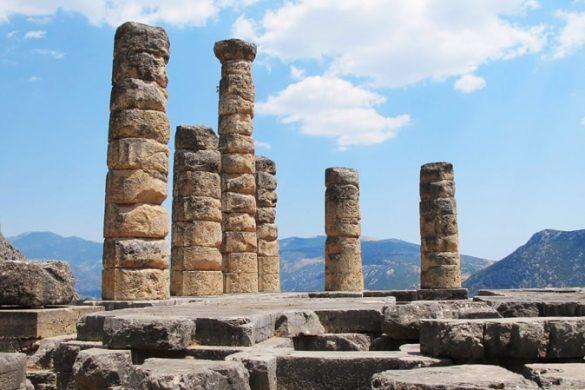 starogrški stebri v antičnem mestu Delfi