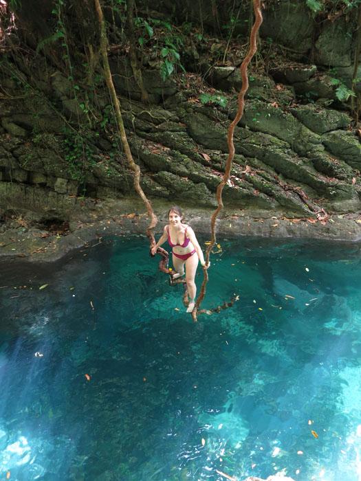 Katarina na naravni gugalnici nad slapovi Reach Falls