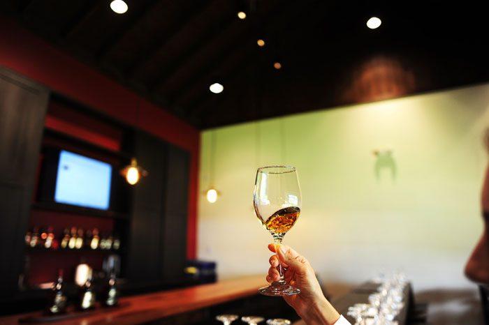 kozarec ruma na poskušini v Appleton Rum Estate