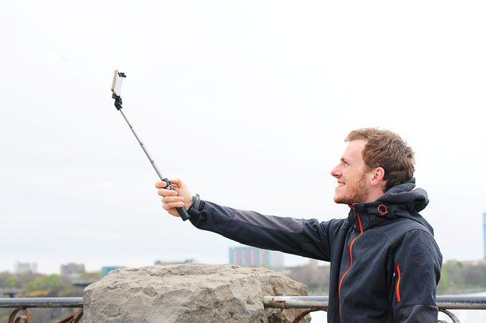 Rok dela selfie pred Niagarskimi slapovi