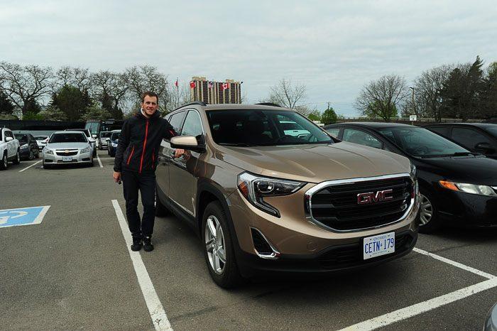 Rok ob GMC SUV najetem avtomobilu za izlet do Niagarskih slapov med prestopom v Tornontu. najem avtomobila toronto