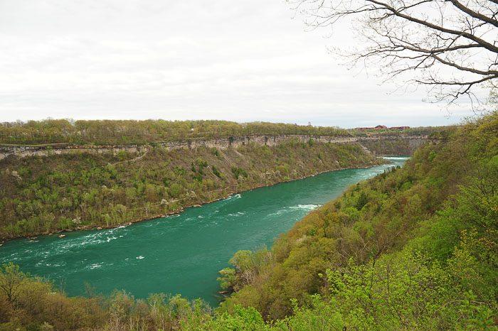 Reka Niagara in njen kanjon, ki si ga lahko ogledamo na izletu do niagarskih slapov
