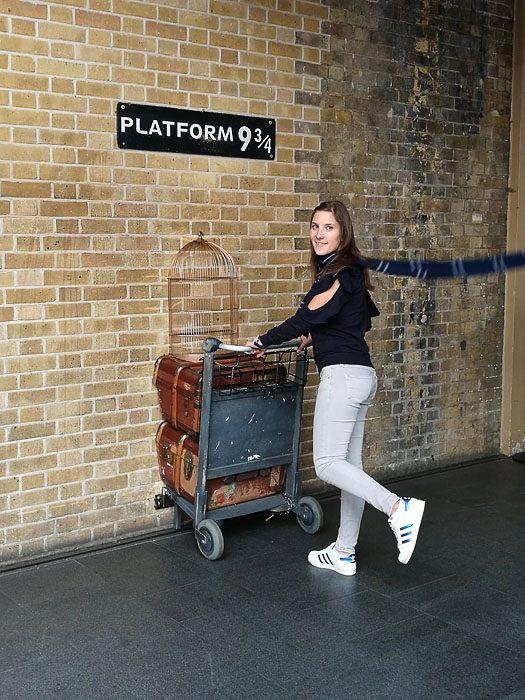 Katarina poskuša priti na peron 9 3/4 na postaji King's Cross v Londonu