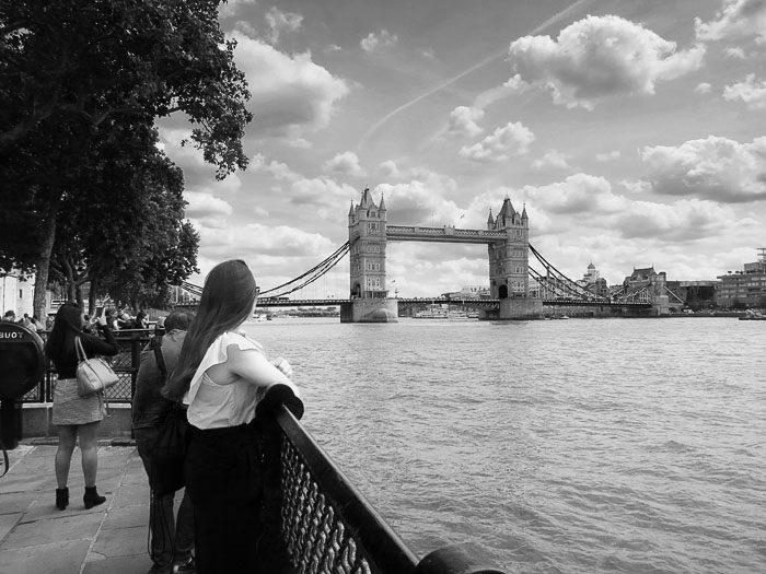 Punca, ki gleda proti Tower Bridge v Londonu