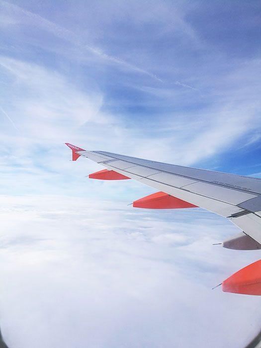 pogled skozi okno letala EasyJet proti Londonu