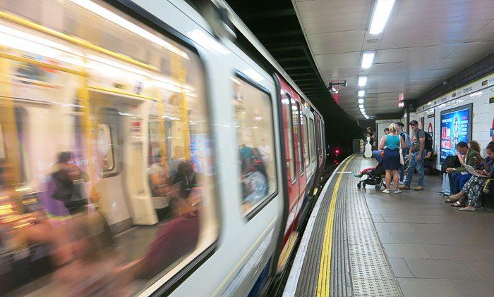 Podzemna železnica in peron v Londonu