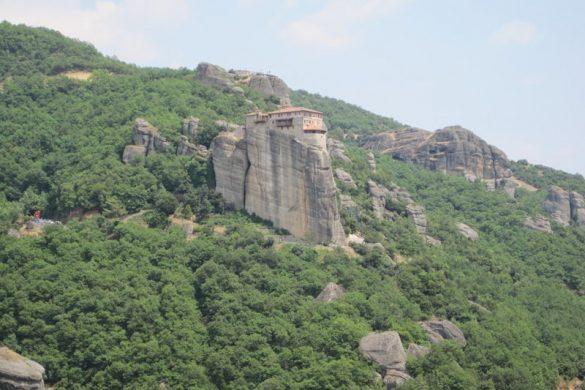 Samostan na skali, sredi hriba. Meteora, Grčija
