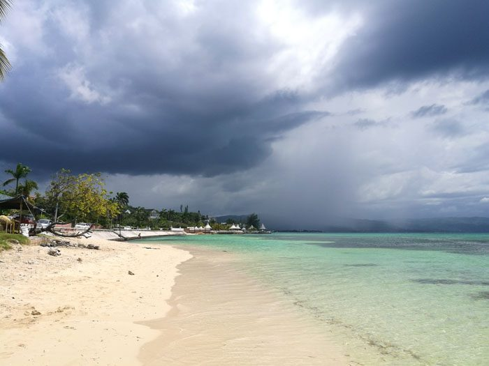 Tropska nevihta se pripravlja na Montego Bay Beach načrt potovanja jamajka