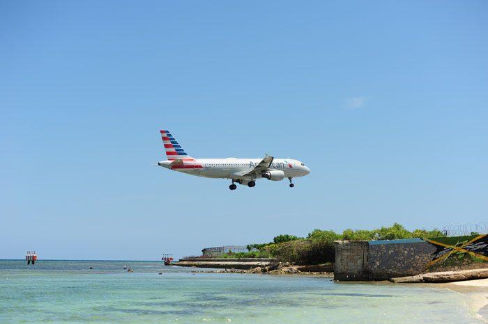 letalo ki pristaja na plaži Dead end beach, montego bay