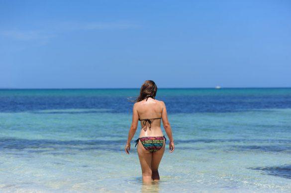 turistka gre v morje na dead end beach, montego bay - najlepši plaži na jamajki