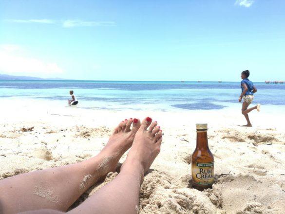 Najlepša plaža na Jamajki: Dead end beach. otroci, ki se lovijo in steklenica ruma v senci