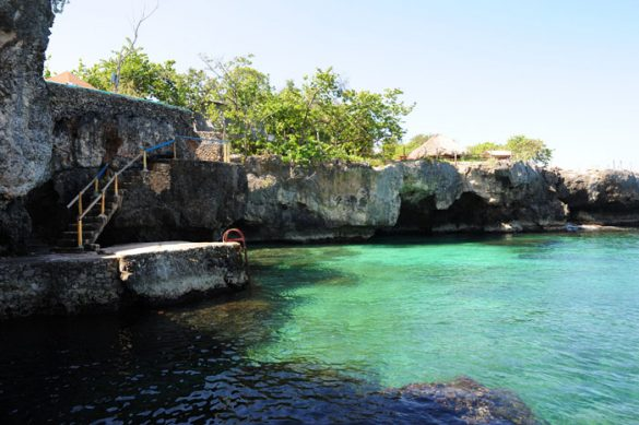 klifi pod lokalom Xtabi in stopnice, ki vodijo v morje