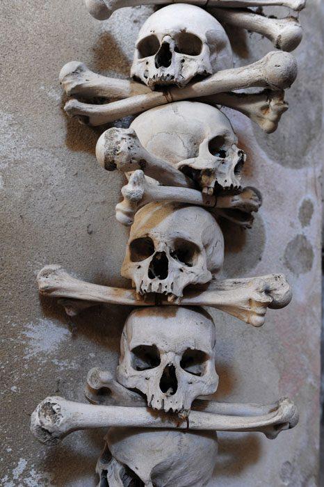 človeške kosti kot okras v kostnici sedlec, kutna hora, češka
