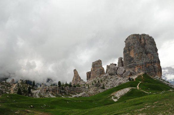 Cinque Torri, Dolomiti. skupina petih kamnitih stolpov v Dolomitih, v ozadju jutranja meglica