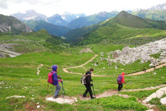 skupina ljudi hodi do Passo Giau v Dolomitih