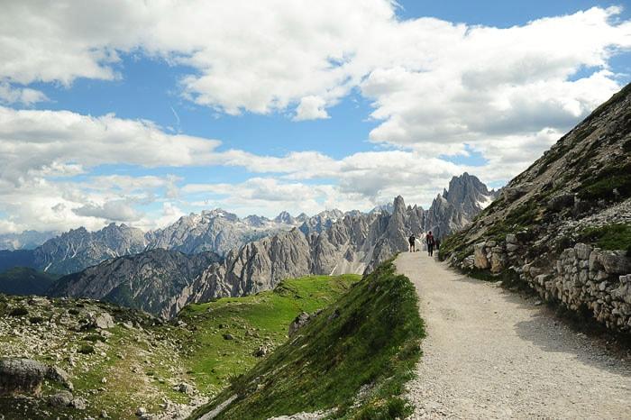 gorska pot z razgledi na gore