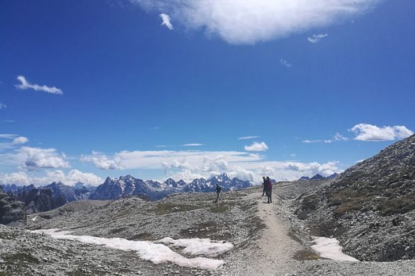 Ljudje hodijo po gorski poti v Dolomitih
