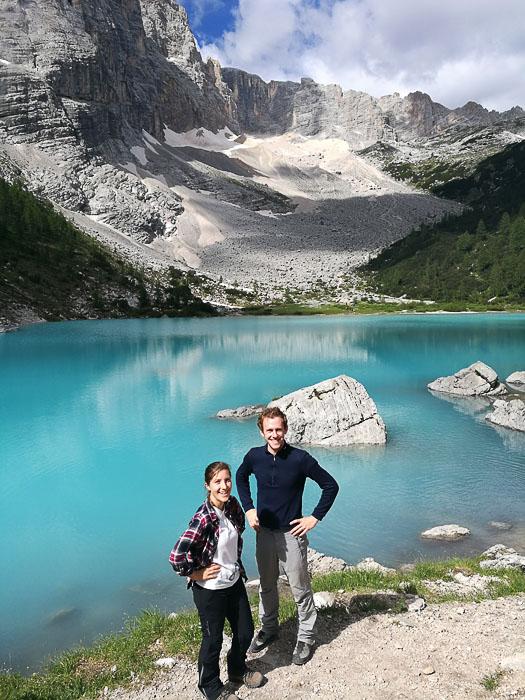 Par pozira pred jezerom Lago di Sorapiss