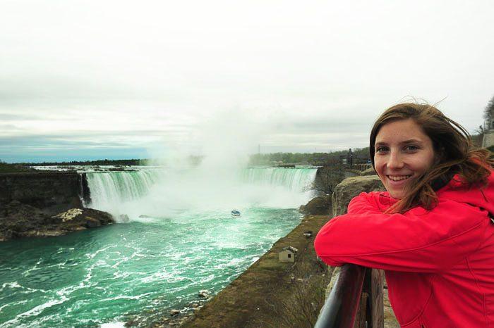 Nasmejana ženska ob niagarskih slapovih