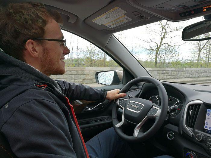 moški za volanom avtomobila GMC, ki je bil najboljši najem avtomobila v Torontu