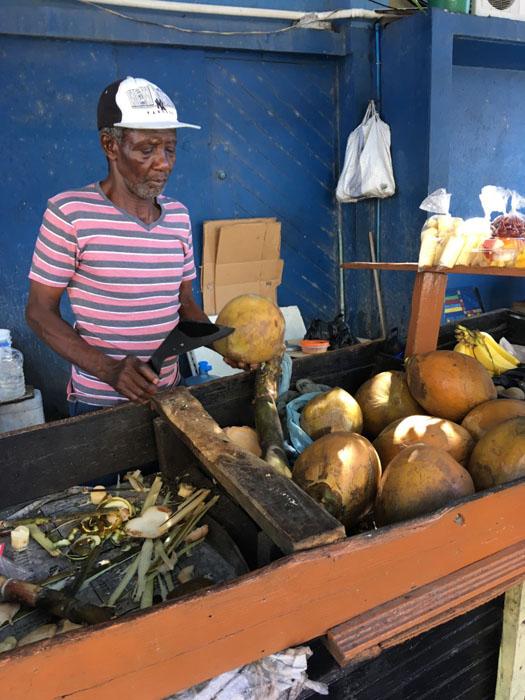 Jamajčan seka kokosov oreh