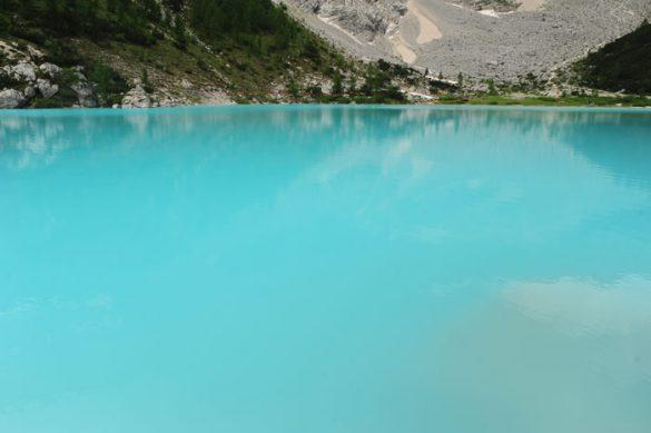 Turkizno modra barva jezera Lago di Sorapiss v Dolomitih