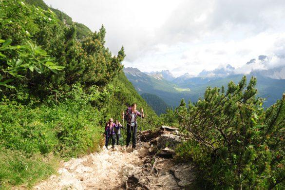 Ženska hodi po gozdni poti v Dolomitih do jezera Lago di Sorapiss v Dolomitih