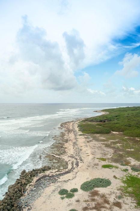 pogled na plažo, prekrito s plastiko